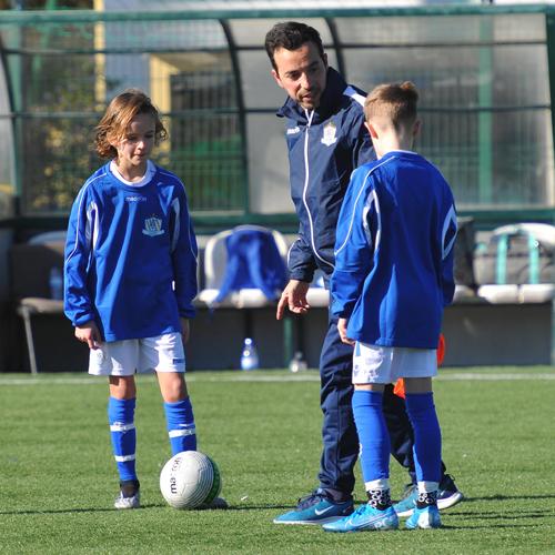 Tränaren Luís Briosa ger feedback till spelare under en NF International träning.