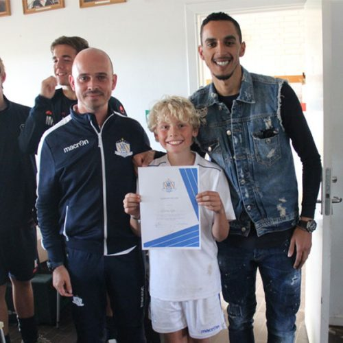 Zeca levererar diplomet till Player of the Camp i NF Elite Training Virum, Danmark 2018.
