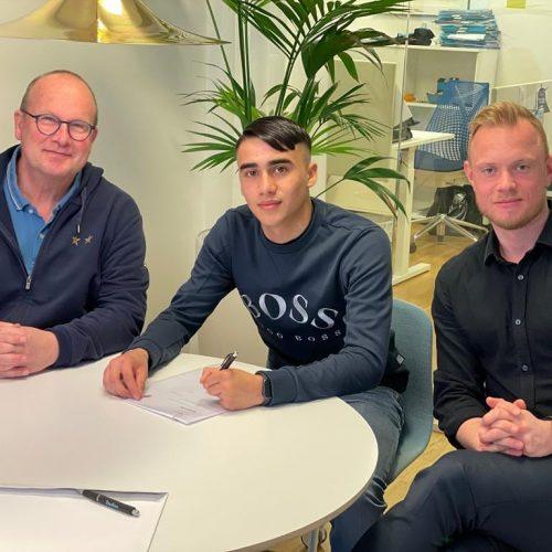 Alexi Hughes, som är en del av NF Scholarship, har skrivit på sitt första proffskontrakt med Malmö FF.
